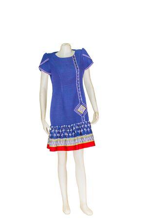 b7a8a576986950  60623370 - Mooie Thaise jurken op mannequins isoleren witte achtergrond