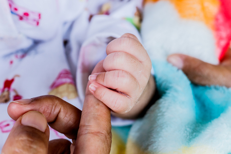 어머니 손을 만지고 신생아의 근접