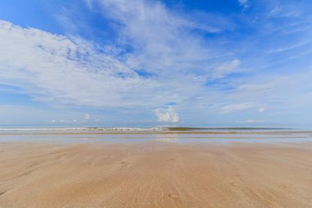 Sea sand sky and soft wave of blue ocean on sandy beach summer day Stockfoto