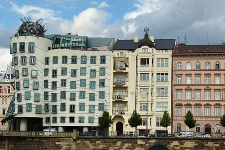 the dancing house: La Casa Danzante en Praga, Rep�blica Checa