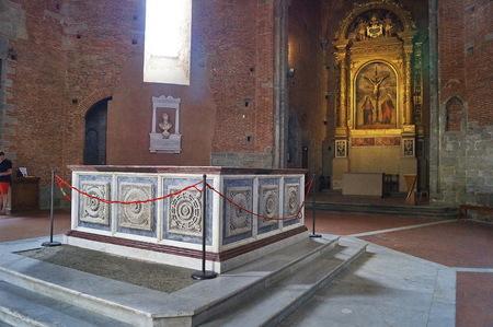 pila bautismal: Interior del Baptisterio de Pistoia, Toscana, Italia Editorial