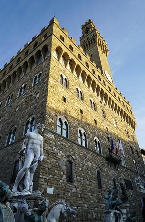 neptuno: Fuente de Neptuno y el Palazzo della Signoria en Florencia, Italia