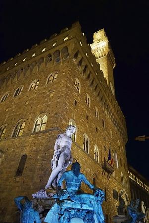 neptuno: Fuente de Neptuno en la noche en Florencia, Italia Editorial