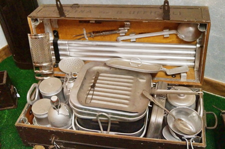 Suitcase with old picnic equipment 新聞圖片