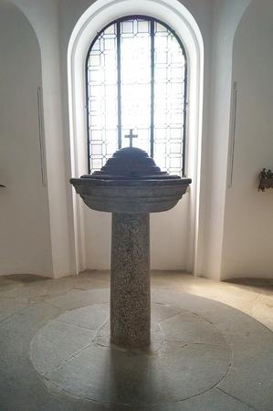 Pila bautismal en la iglesia de la Santa Cruz, Vinci, Toscana, Italia Editorial
