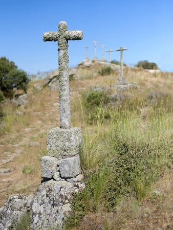 primer: diversas cruces enfocada sobre el primer plano