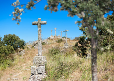 santa cena: aislados cruces de piedra situados en una colina