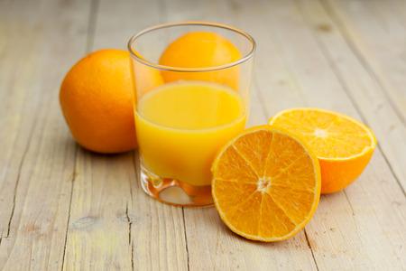 naranja: Composición del vidrio de corte de naranja con jugo