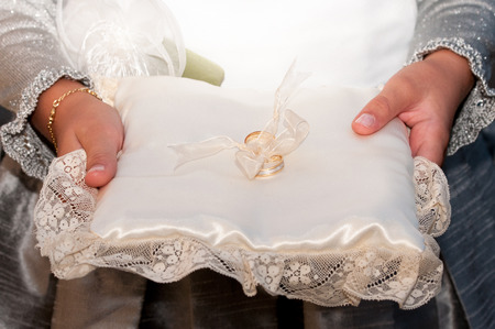 manos: newlyweds holding hands isolated background celebrating their marriage Stock Photo
