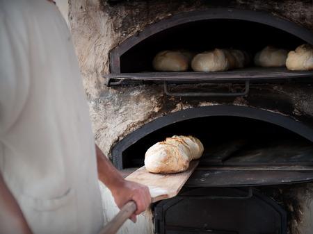 poele bois: Pr�sentation de boulanger masse de pain dans un po�le � bois Banque d'images