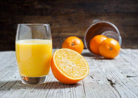 naranjas: Naranjas aisladas en el corte de madera en septiembre, centrada