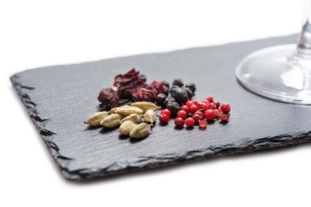 ingredientes para la preparación de gin-tonic en la pizarra Foto de archivo