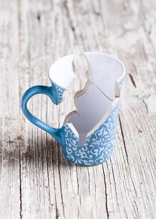 part of me: taza de porcelana rota en pedazos y pegado de nuevo Foto de archivo