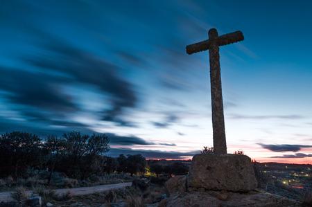 santa cena: diversos cruce de vías acuáticas de monolito de piedra con el cielo nublado