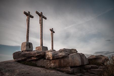 santa cena: diversos cruce de v�as acu�ticas de monolito de piedra con el cielo nublado