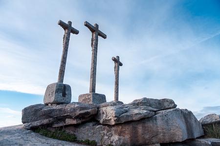 santa cena: cruces vaus navegación sobre monolito de piedra con el cielo nublado Foto de archivo