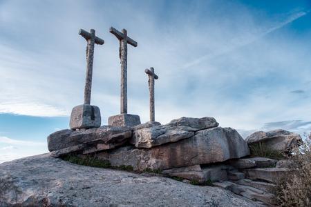santa cena: cruces vaus navegaci�n sobre monolito de piedra con el cielo nublado Foto de archivo