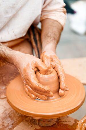 alfarero: Alfarero trabaja la arcilla con las manos aisladas en el primer plano