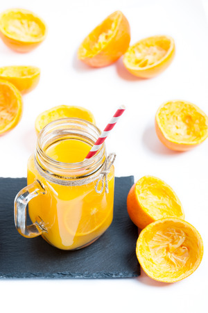 dieta: Orange juice in glass on a white background