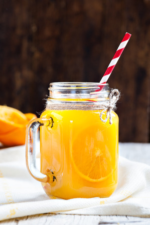 dieta: Orange juice in glass in the foreground