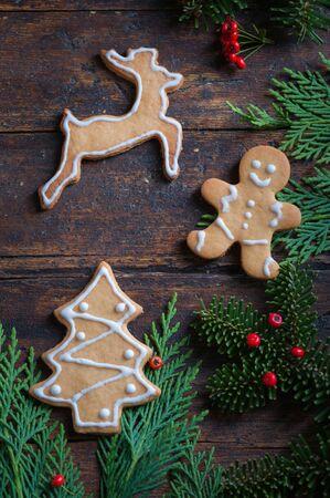 motivos navideños: Galletas con motivos navideños en madera rústica Parte inferior Foto de archivo