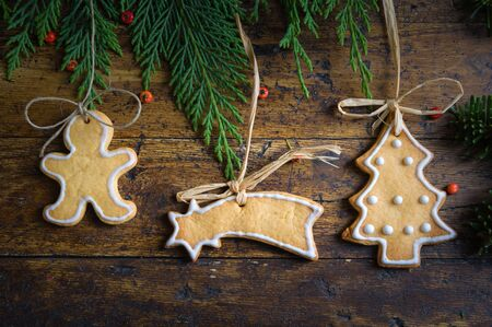Biscotti con motivi natalizi su fondo in legno rustico Archivio Fotografico