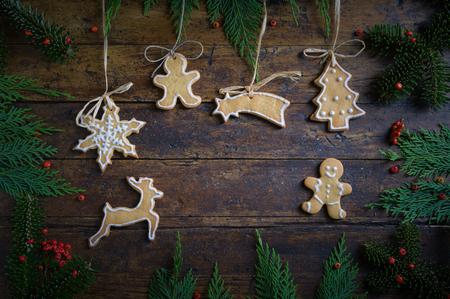 Biscotti con motivi natalizi su fondo in legno rustico