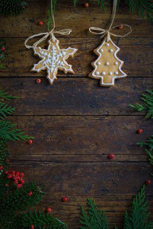 Biscotti con motivi di Natale su fondo di legno rustico