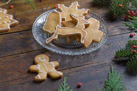 motivos navideños: Cookies with Christmas motifs on rustic wood Bottom