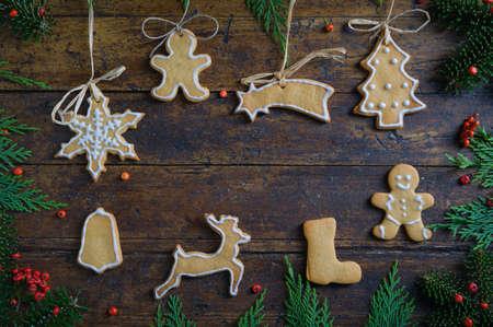 Biscotti con motivi di Natale su fondo di legno rustico Archivio Fotografico