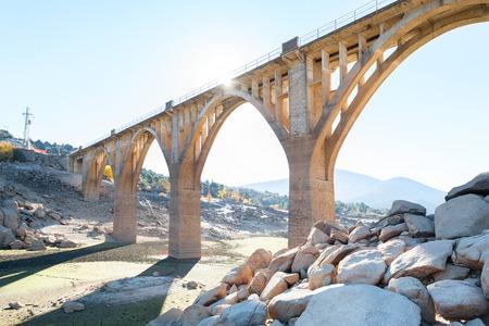 Dorre terrein als gevolg van de droogte met oude en nieuwe brug achtergrond in de bouw