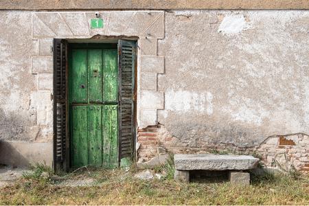 Vecchia porta di legno appartenente ad un alloggio situato nel villaggio di campagna