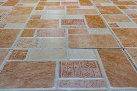 vista en perspectiva suelo de baldosas de cerámica marrón viejo