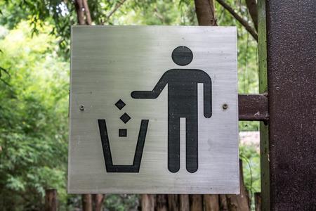 botar basura: No tirar basura etiqueta de signo en el poste de hierro