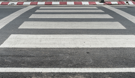 crosswalk: cruce de peatones vac�a en la carretera de asfalto Foto de archivo