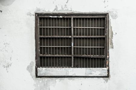 白い壁に古い刑務所のウィンドウ 写真素材 - 61820653