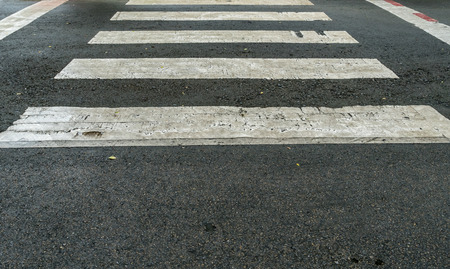 paso de peatones: cruce de peatones blanca en la carretera de asfalto Foto de archivo