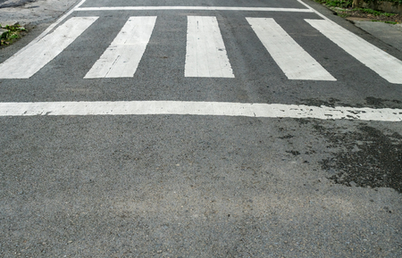 paso de cebra: cruce de peatones blanca en la carretera de asfalto Foto de archivo