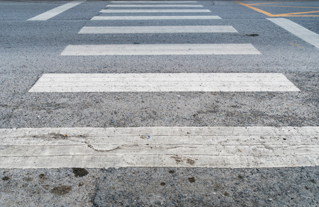 senda peatonal: cruce de peatones blanca en la carretera de asfalto Foto de archivo