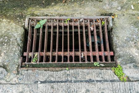 desague: cubierta de drenaje de metal oxidado Foto de archivo