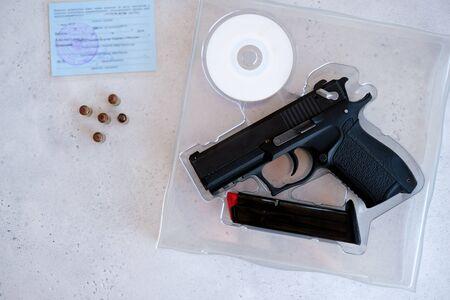 permiso para guardar y portar armas de caza neumáticas y armas de fuego y la compra de una pistola. Compra de cañón de 9 mm con juego completo de documentación.