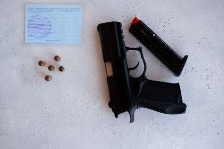 permiso para guardar y portar armas de caza neumáticas y armas de fuego y la compra de una pistola. Compra de cañón de 9 mm con juego completo de documentación. Foto de archivo