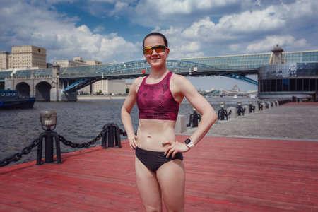 职业年轻女跑步运动员在假期周末在公园里跑步,训练个人速度和爆发力。大城市健康生活方式的理念和概念。莫斯科高尔基公园