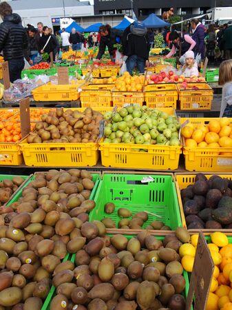 sunday market: Domingo de mercado Editorial