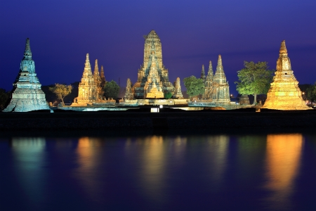 Wat Chaiwatthanaram at twilight in Ayutthaya , Thailand  Imagens