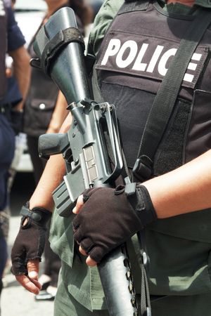Police officer is holding with a rifle Imagens - 22638894