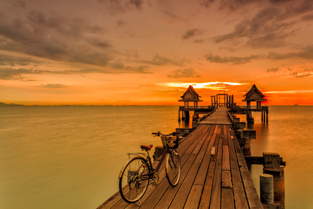 Bicycles on Wood bridge at sunset light in sea Imagens