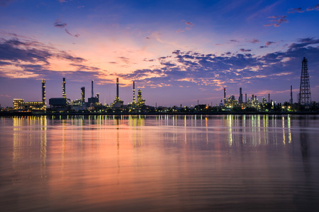 Oil refinery at twilight Imagens - 28986262