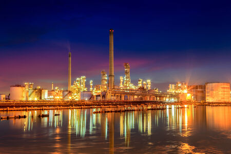 Oil refinery at twilight Imagens - 28986322