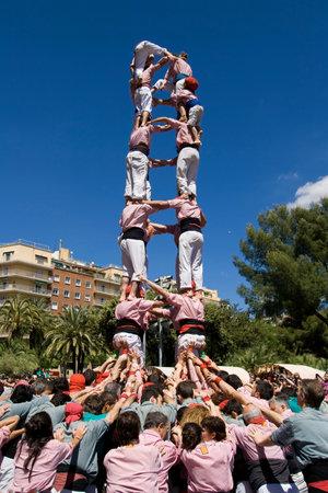 piramide humana: Barcelona, ??Espa�a - 29 de abril de 2012: tradicional catal�n pir�mide humana, llamado Castell. Los Castells fueron declarados por la UNESCO entre las obras maestras del Patrimonio Oral e Inmaterial de la Humanidad el 16 de noviembre de 2010.